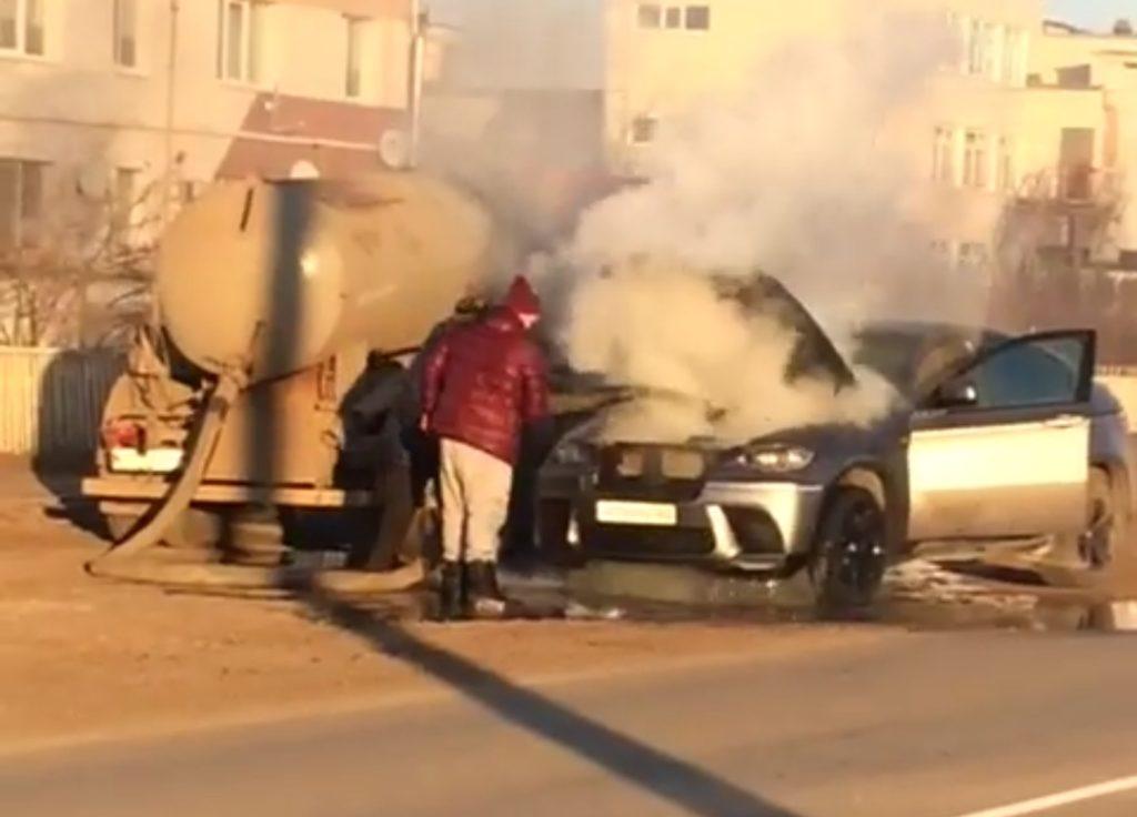 BMW uratowane przd spaleniem przez beczkowóz z szambem
