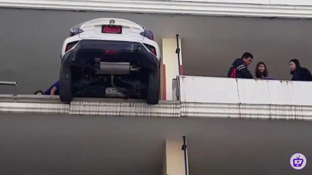 Kobieta prawie spadła z 4-tego piętra parkingu w Toyocie C-HR