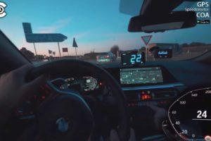 Nowe BMW Z4 30i goni zakamuflowaną Serię 5 Touring po faceliftingu na niemieckiej autostradzie