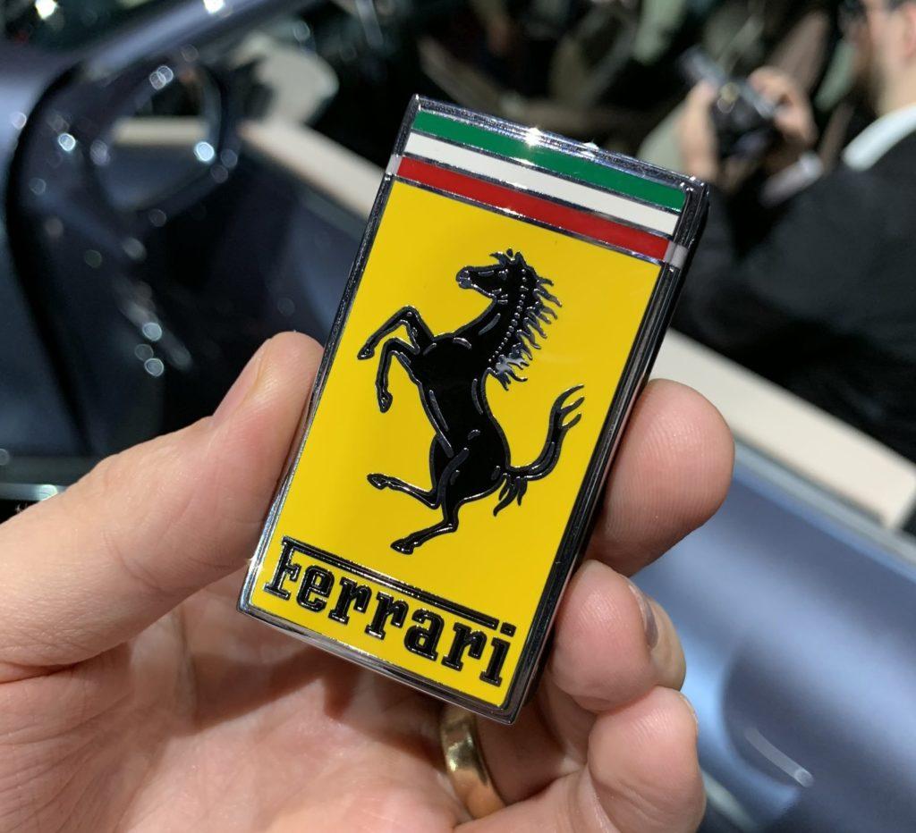 Kluczyk do Ferrari Roma to zaledwie dwa przyciski, skóra i znaczek