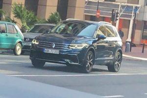 Nowy Volkswagen Tiguan przyłapany bez kamuflażu na drodze