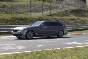Odświeżone BMW serii 5 Touring w hybrydzie krąży po Nürburgringu