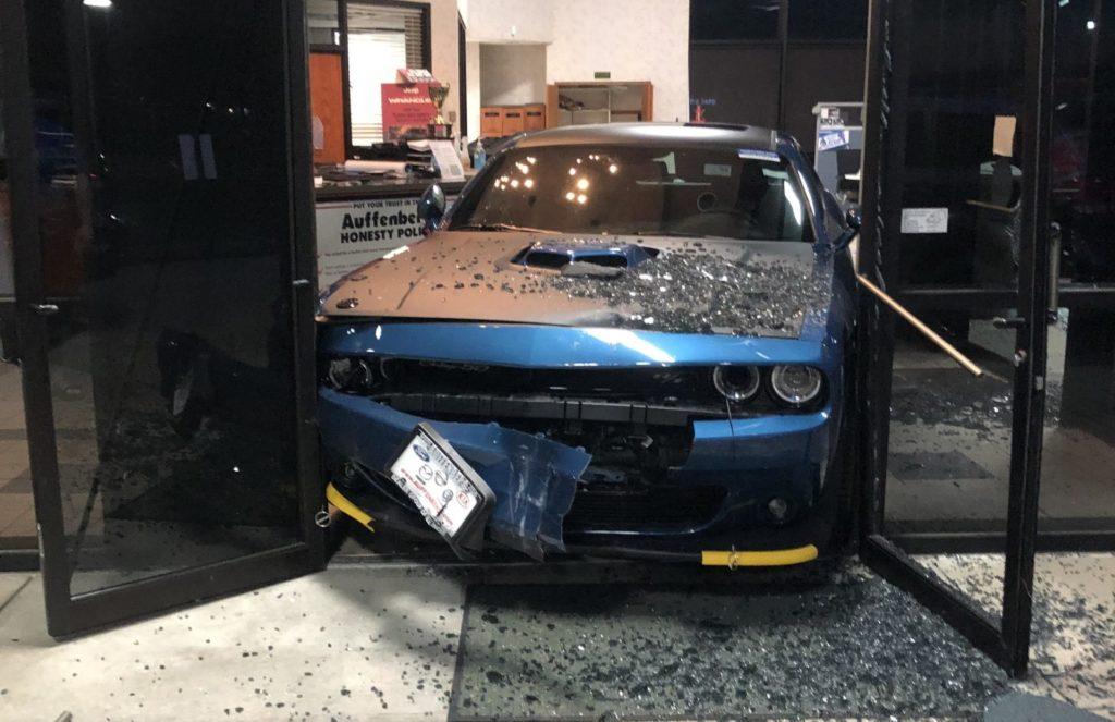 Złodzieje chcieli ukraść nowego Dodge Challengera – utknęli w drzwiach