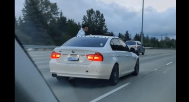 Kierowca BMW wyszedł przez okno samochodu w czasie jazdy autostradą