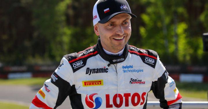 Kajetan Kajetanowicz pojeździł gokartem w deszczowych warunkach