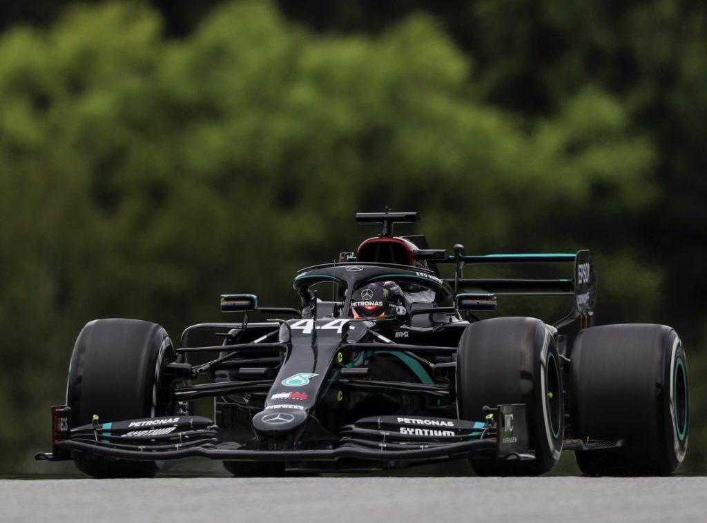 Hamilton chwali bolid, a mechanicy Mercedesa narzekają na czarny kolor
