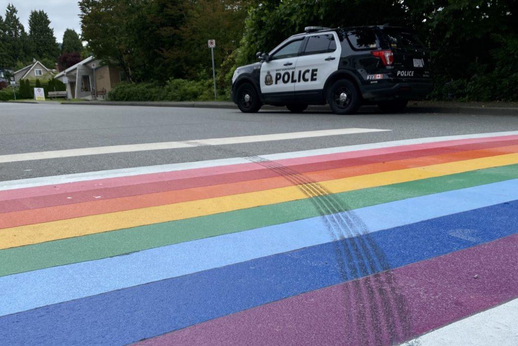 Jednym poślizgiem oburzył społeczność LGBT – kierowca Mustanga odpowie za ślady opon na tęczowym przejściu dla pieszych.