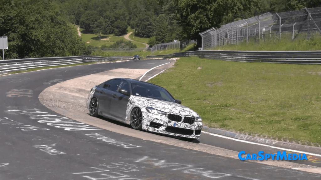 BMW M5 CS – torowa zabawka w torowym środowisku z dużym spoilerem