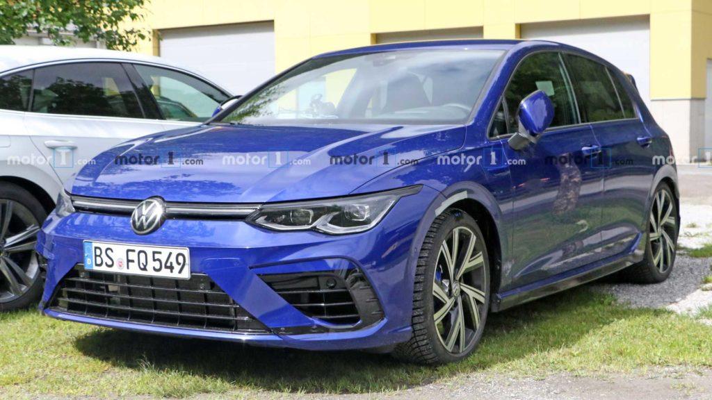 Nowy Volkswagen Golf R bez kamuflażu złapany tuż przed swoją premierą