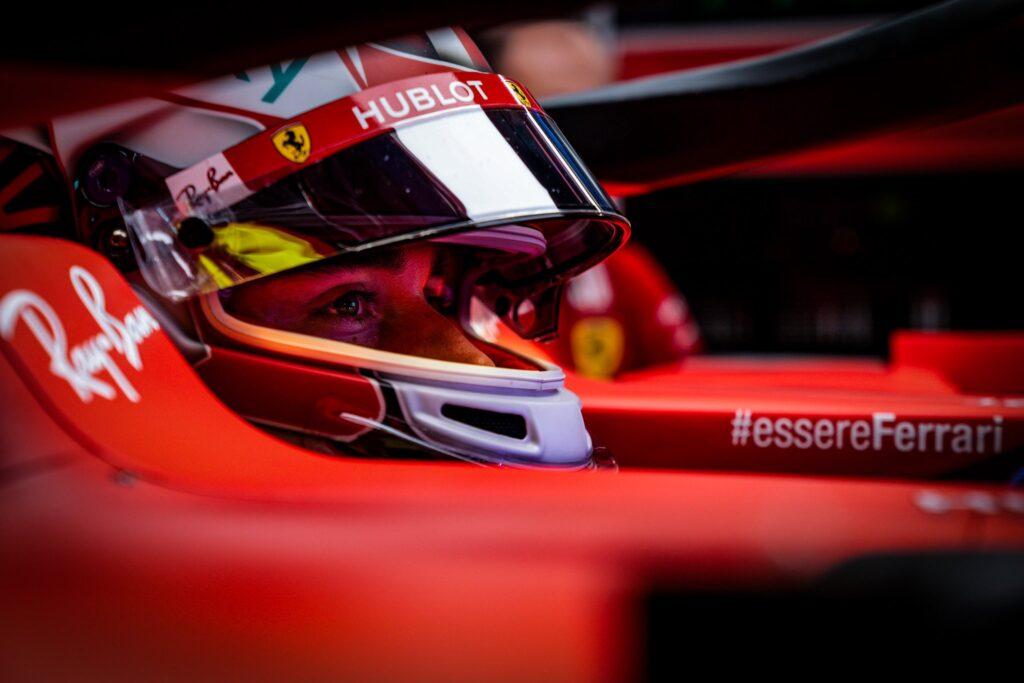 Ferrari znowu w formie. Leclerc poza Q3 przez błąd zespołu.