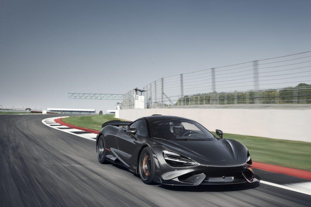 McLaren 765LT trafia do pierwszych klientów. Auto dzieli recenzentów