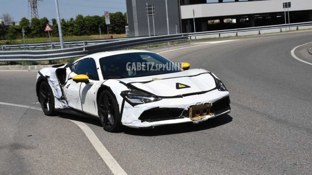 Ferrari przyłapane na testowaniu dziwnej zakamuflowanej hybrydy