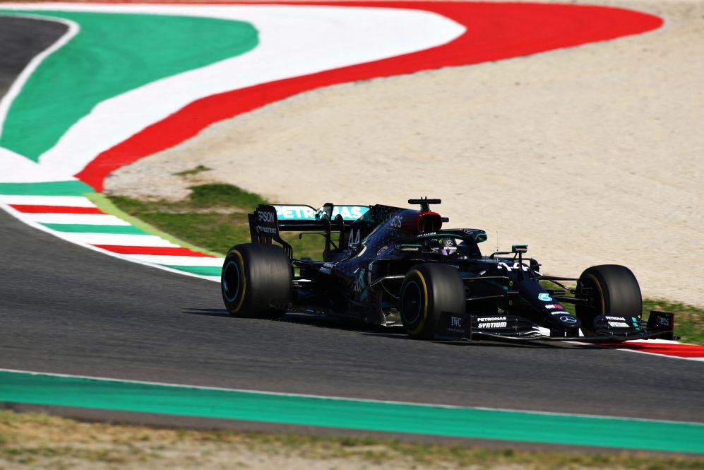 Szalone Grand Prix Toskanii. Lewis Hamilton triumfuje