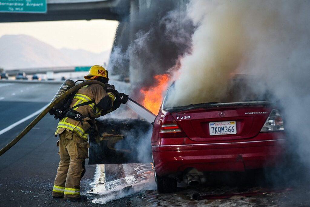 Mercedes C230 stanął w płomieniach po uderzeniu w betonowy mur