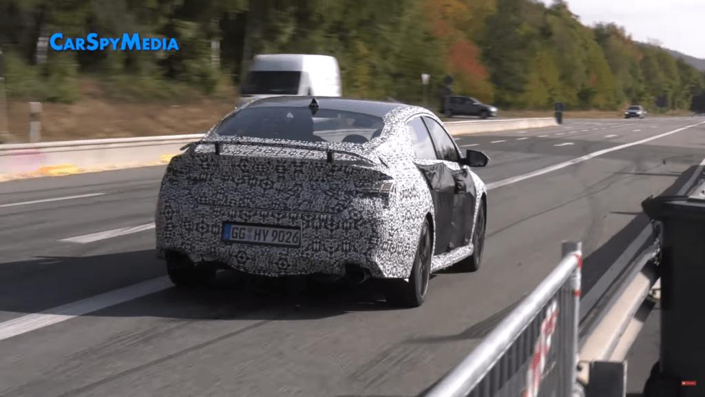 Hyundai Elantra N 2021 jeździ po drogach wokół toru Nurburgring