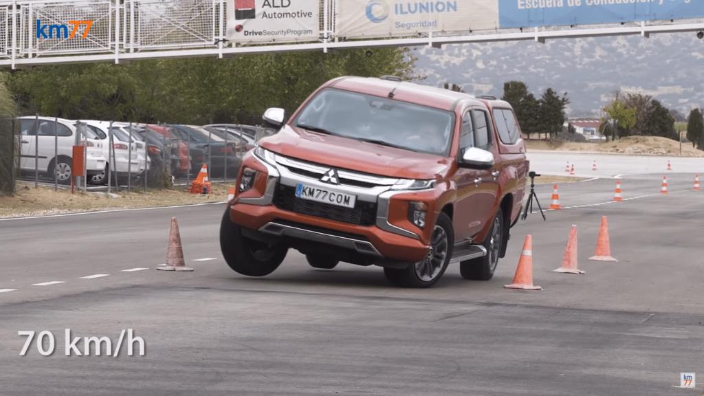 Mitsubishi L200 pokonuje test łosia lepiej niż BMW M235i Gran Coupe
