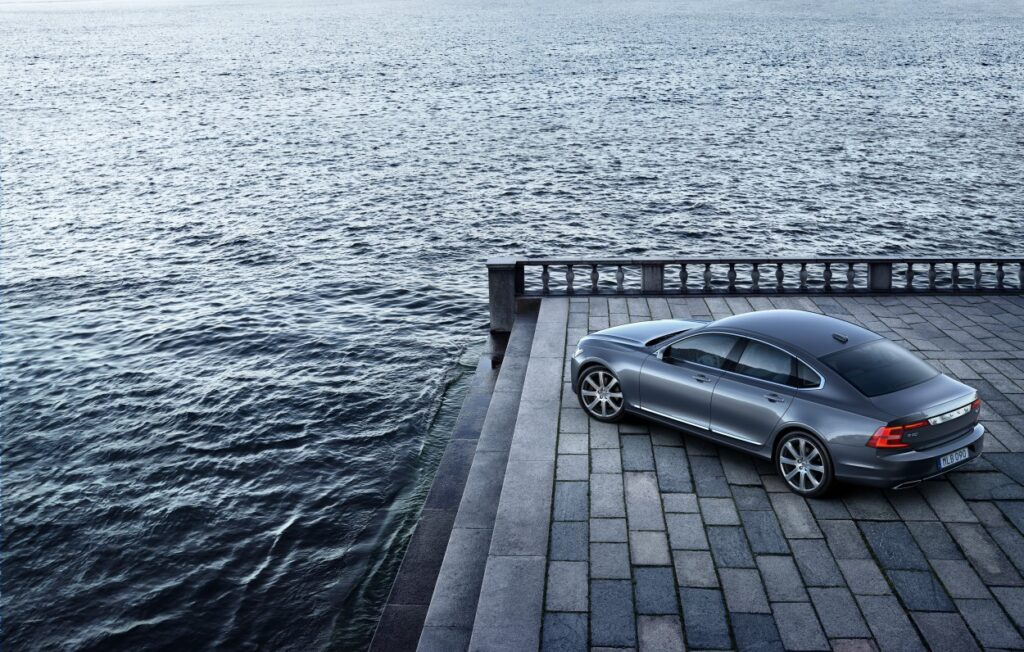 Volvo wprowadza w swoich autach wzajemny system ostrzegania o śliskiej drodze i światłach awaryjnych