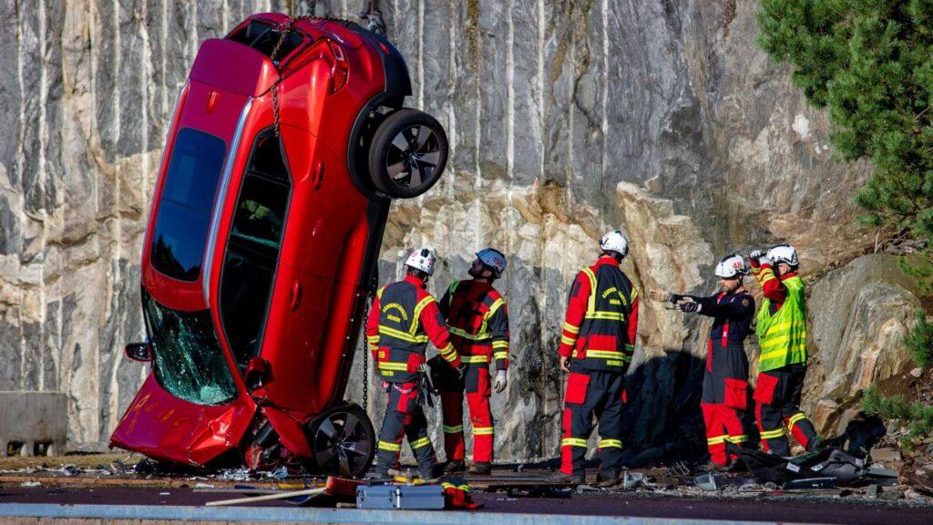 Volvo zrzuciło auta z wysokości 30 metrów, aby sprawdzić bezpieczeństwo