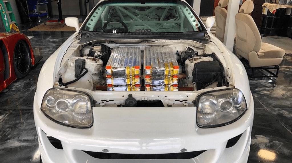 Toyota Supra z elektrycznymi silnikami Tesli – postęp czy profanacja?