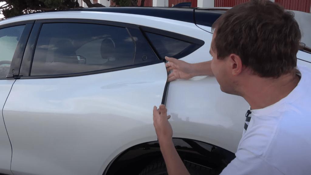 Ford Mustang Mach-E z nowym rozwiązaniem otwierania drzwi