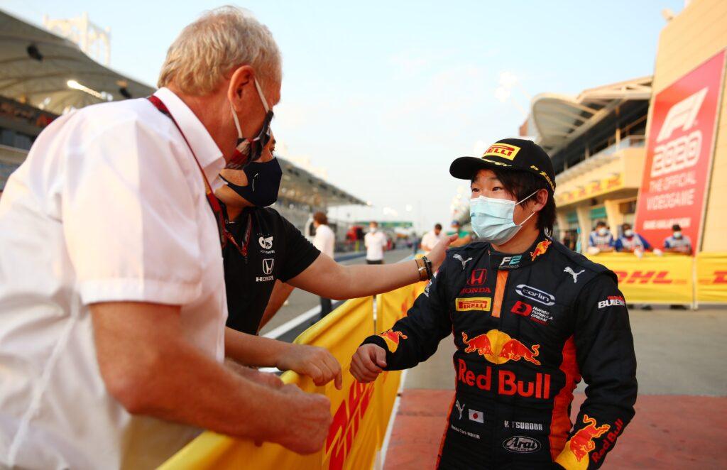 Tsunoda wygrywa wyścig główny na Sakhir, Schumacher w dobrej pozycji