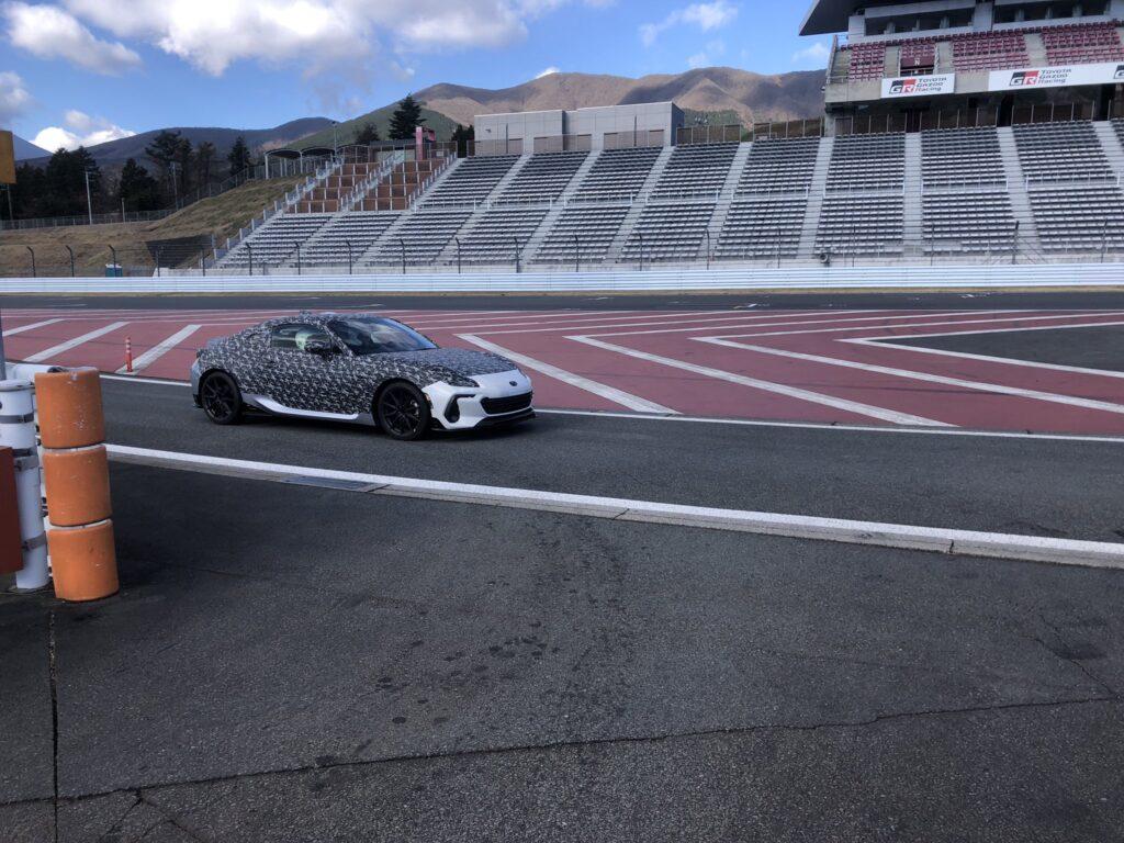 Subaru testuje zakamuflowane BRZ STI na torze Fuji Speedway