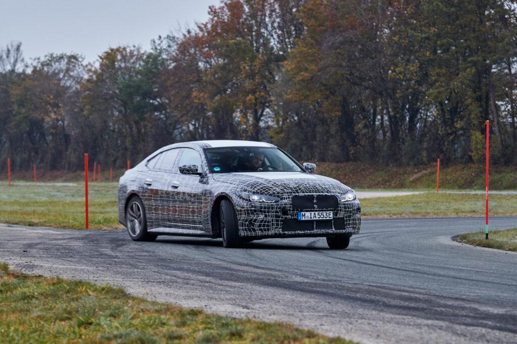 BMW i4 – oficjalnie pokazano jak elektrykiem należy latać bokiem