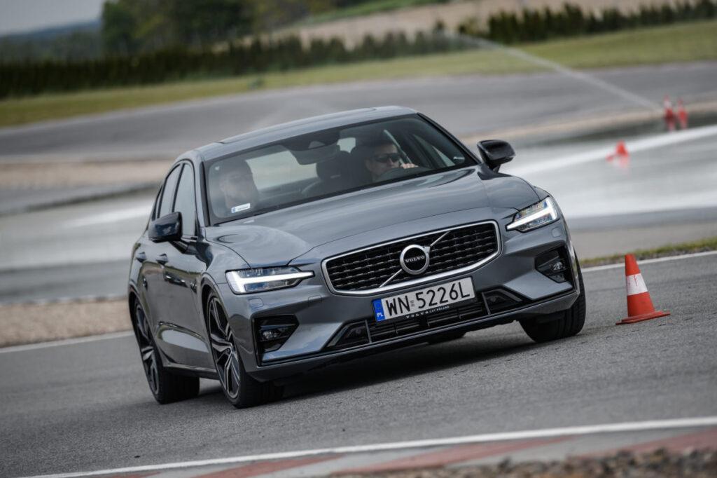 Volvo S60 vs Peugeot 508 – Francuzi chcą być pozycjonowani w klasie premium. Co na to Volvo?