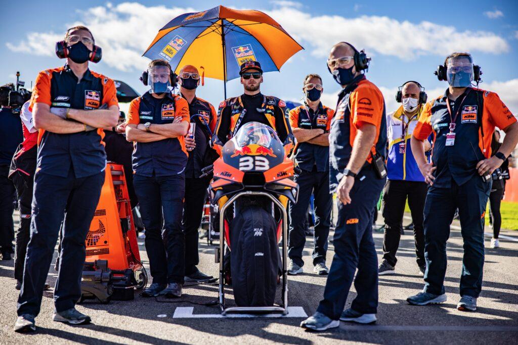 Brad Binder przedłuża umowę z fabryczną ekipą KTM-a