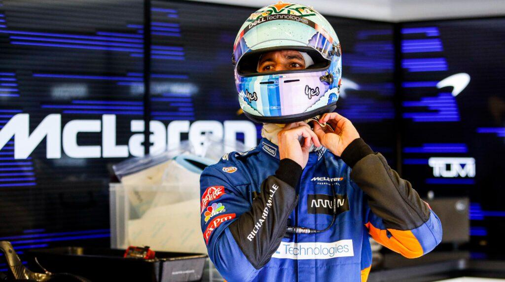 Daniel Ricciardo czeka na wykonanie tatuażu przez Cyrila Abiteboula