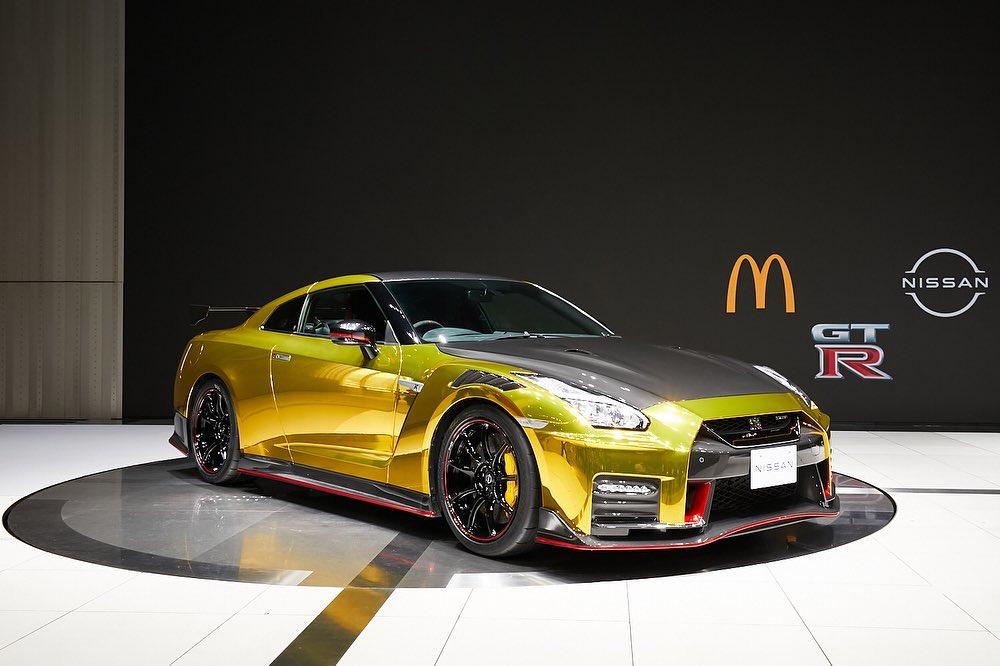 Nissan GT-R w złotym chromie jest świetną maskotką firmy McDonald's