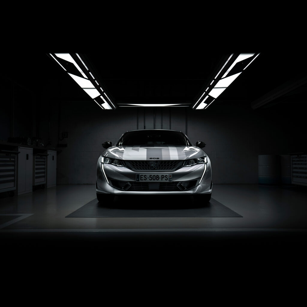 Peugeot 508 PSE bez problemu dotrzymuje kroku BMW M2 Competition na torze Nurburgring