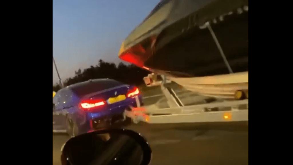 BMW M5 holujące łódź wciąż szybsze od Golfa GTI w wyścigu spod świateł