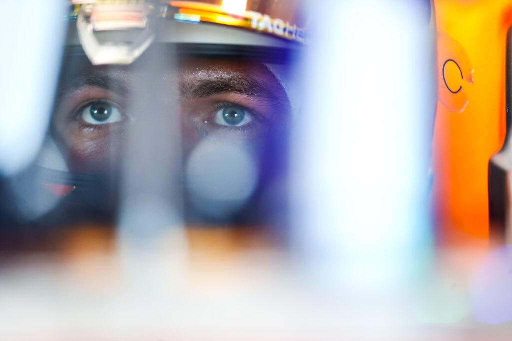 Max Verstappen i Sergio Perez na czele piątkowych treningów