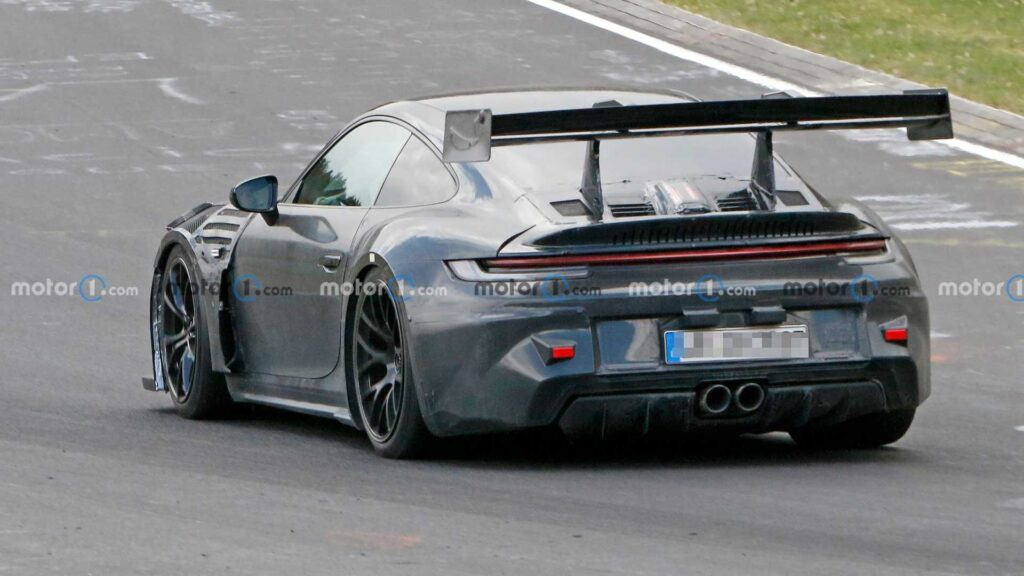 Zakamuflowane Porsche GT3 RS z aktywnym spoilerem z tyłu