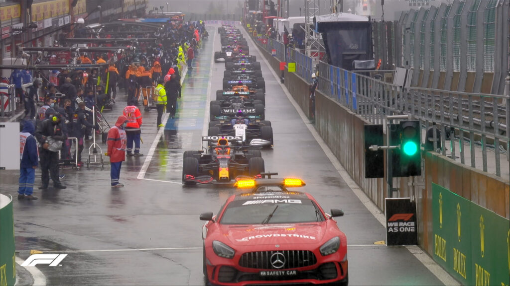 Max Verstappen za samochodem bezpieczeństwa prowadzącym stawkę