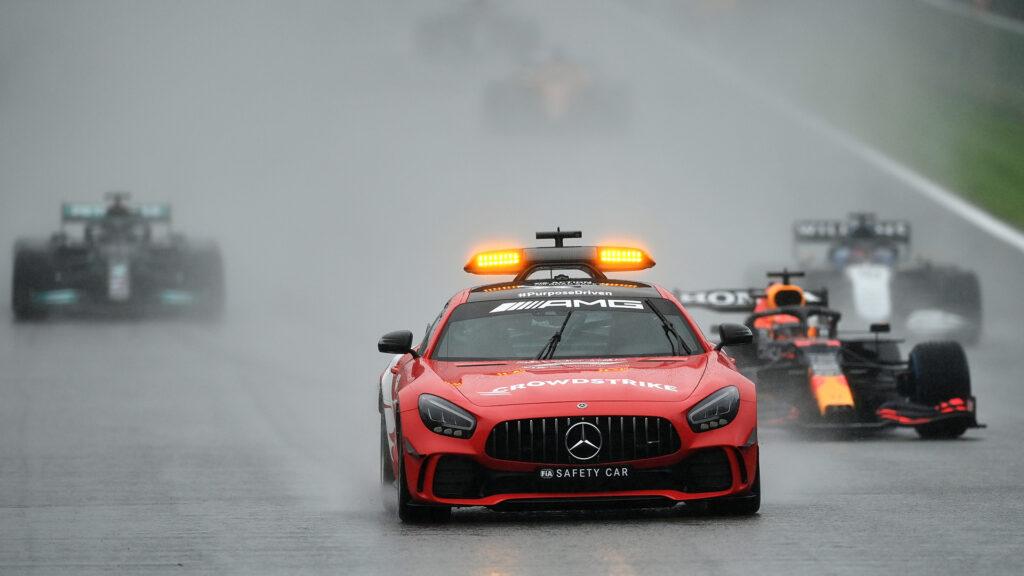 """Max Verstappen zwycięża absurdalny """"wyścig"""" o Grand Prix Belgii"""