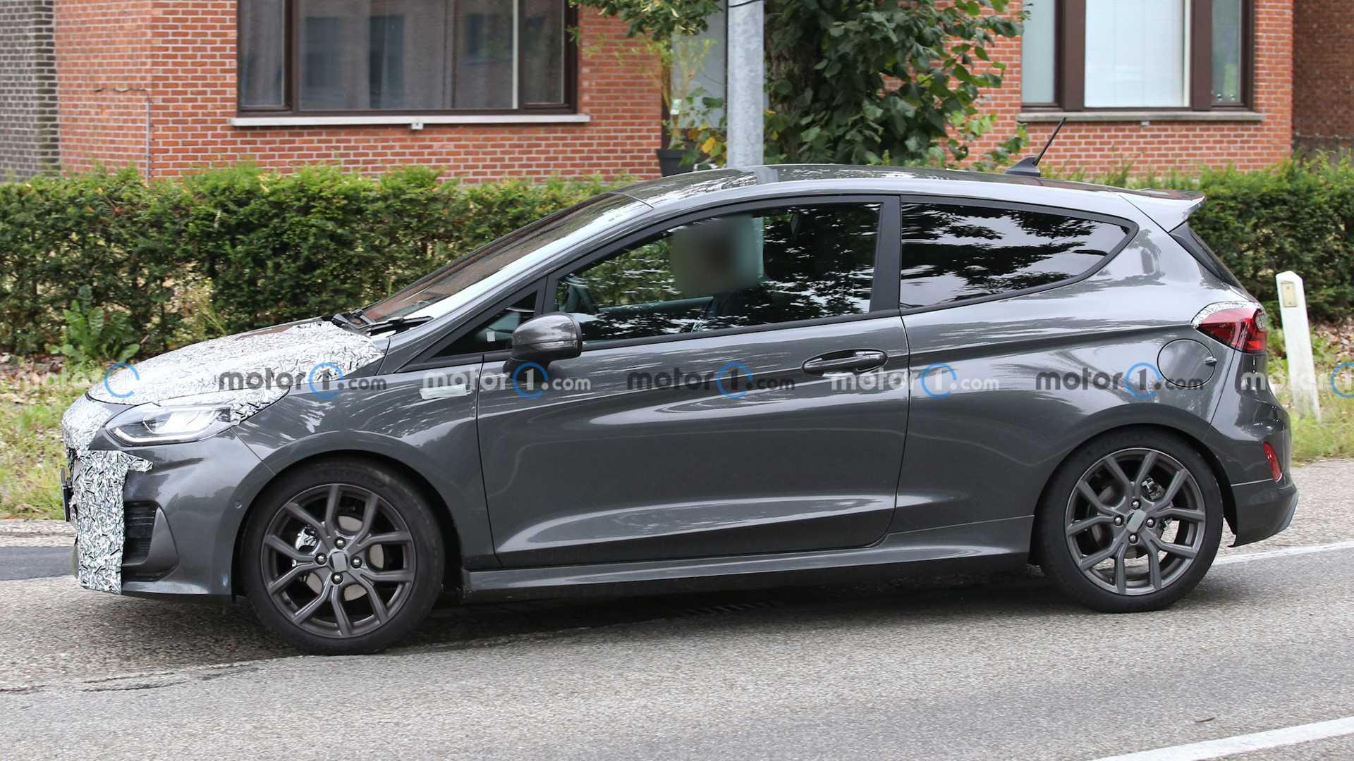 Ford Fiesta po liftingu przyłapany podczas testów drogowych